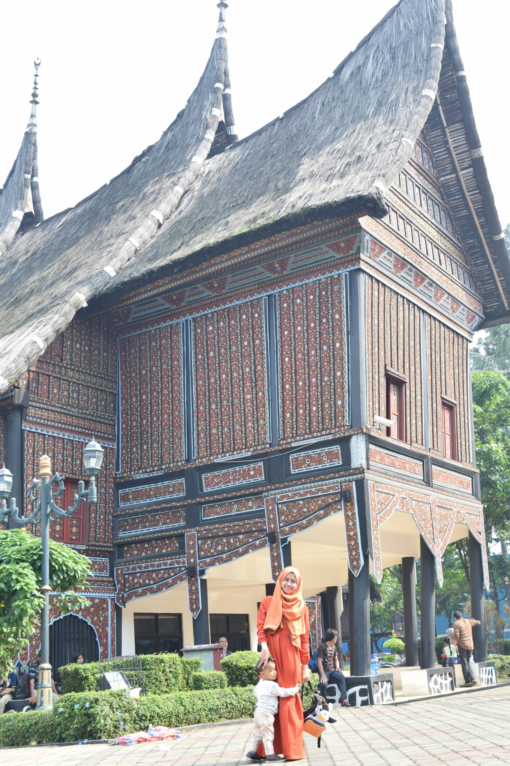 (Mini) Monumen Nasional dan (Anjungan) Rumah Adat Tradisional TMII
